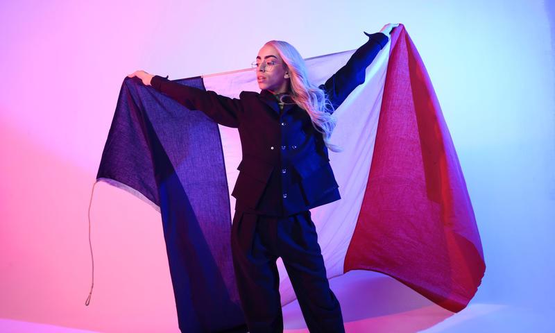 Bilal Hassani brandit le drapeau français
