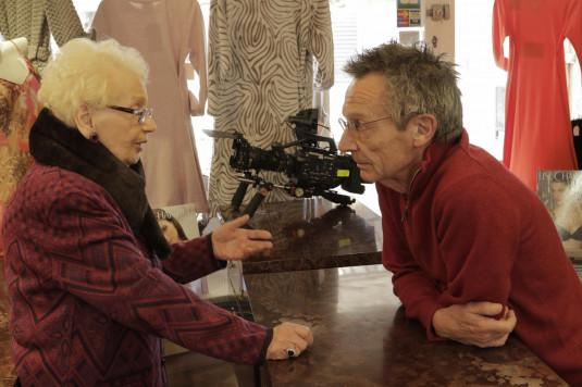 Une commerçante discute avec Patrice Leconte