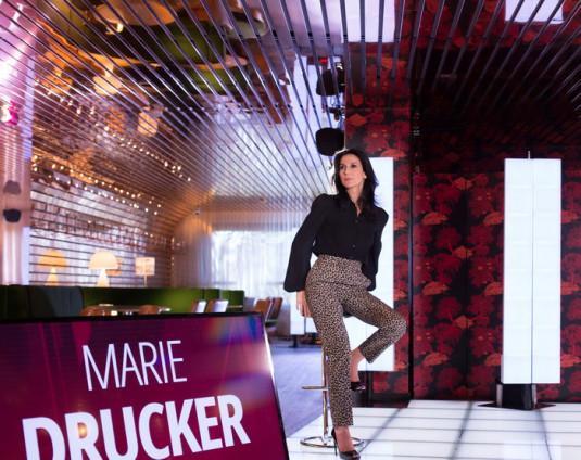 La journaliste Marie Drucker présente le magazine « Infrarouge ».