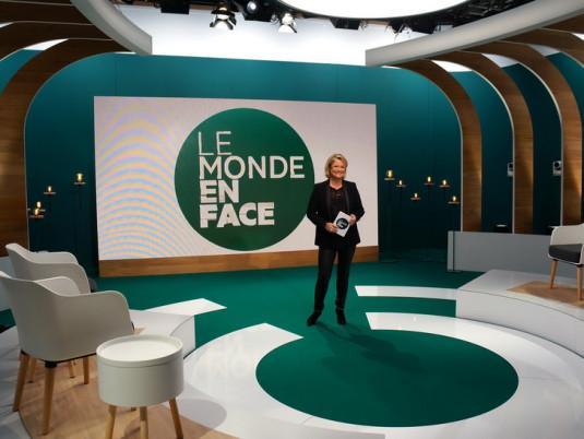 Marina Carrère d'Encausse sur le plateau du « Monde en face ».