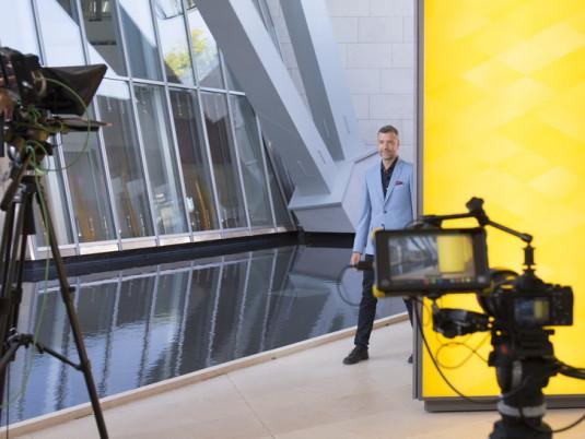 Mathieu Vidard sur le tournage de l'émission.