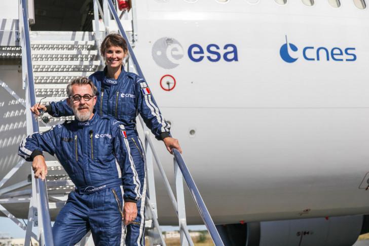 Jamy Gourmaud et Églantine Émeyé à bord de l'avion Zéro G