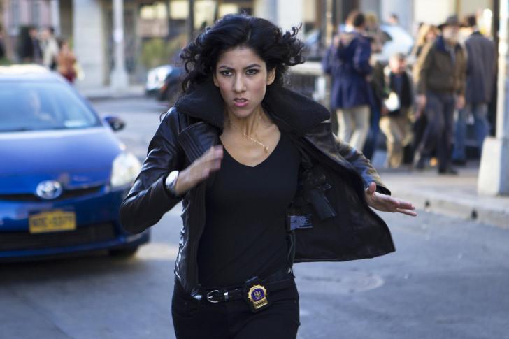 Stephanie Beatriz est Rosa Diaz.