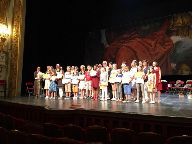 Les 14 petits champions à la Comédie-Française lors de la finale.